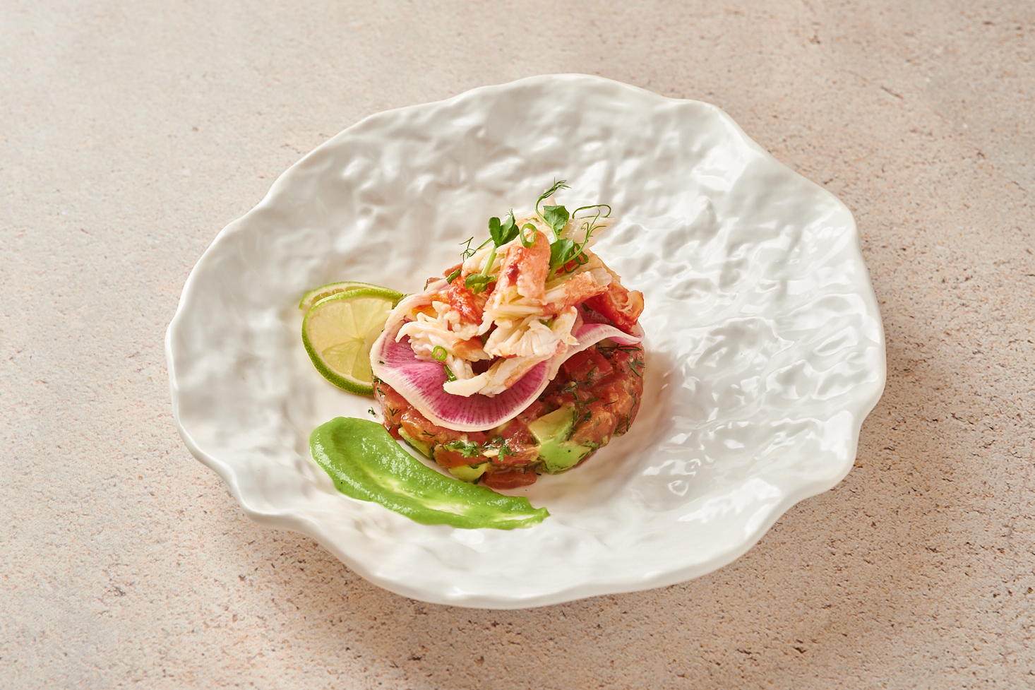 Мясо камчатского краба с авокадо и помидорами