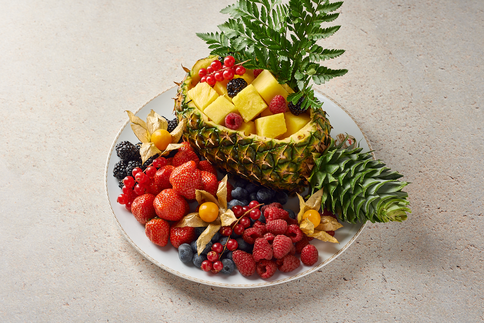 Ананас со свежими ягодами