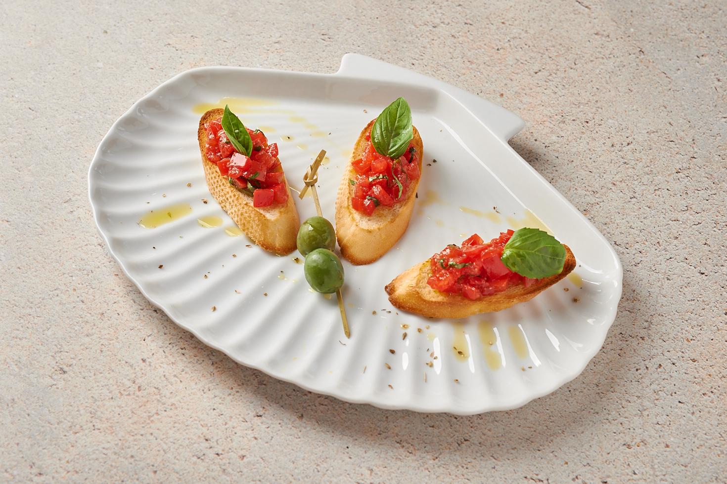 Брускетты с тартаром из сладких помидоров