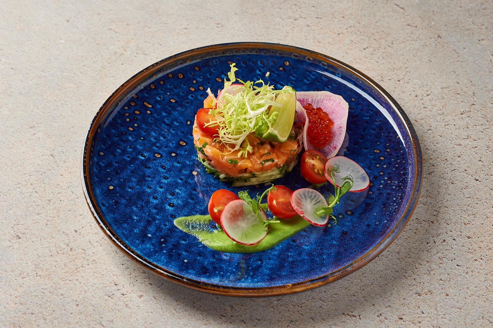 Тартар из лосося с оливками