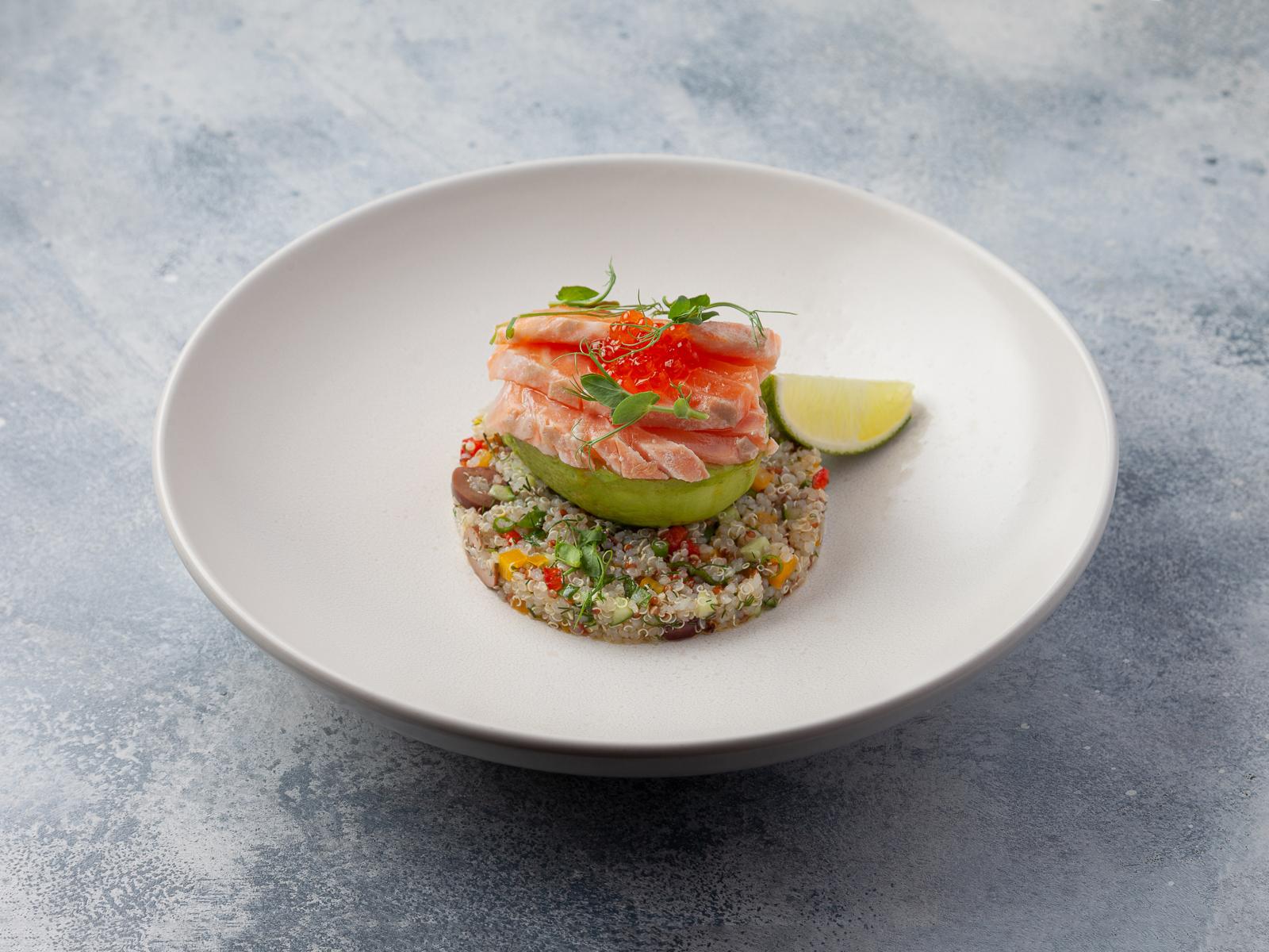 Салат с лососем, свежими овощами и киноа «по-гречески»