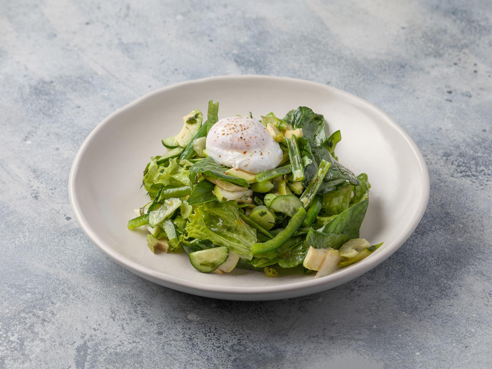 Зелёный салат с яйцом пашот